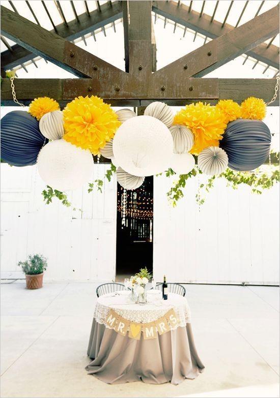 lanterne-et-pompon-decorations-salle-de-mariage