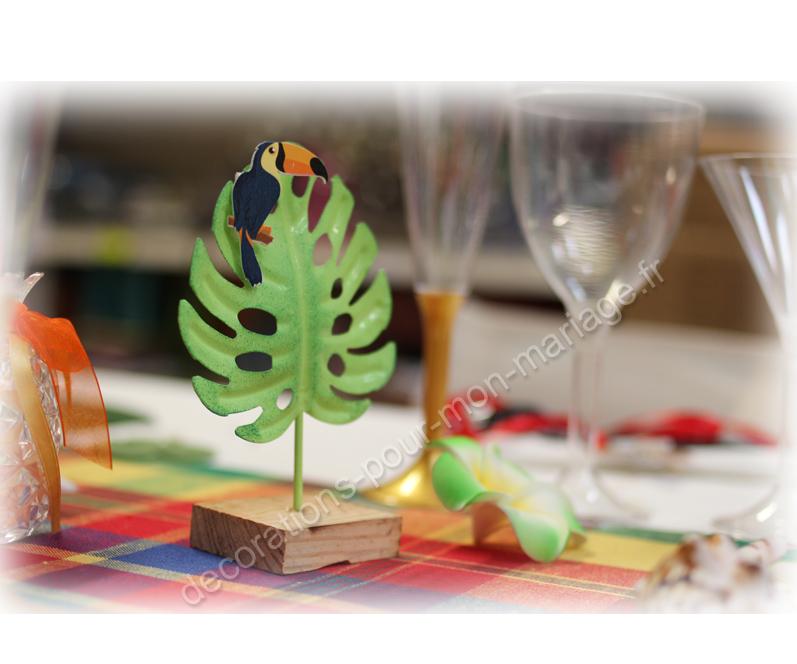 decoration-feuillage-exotique-sur-support-bois